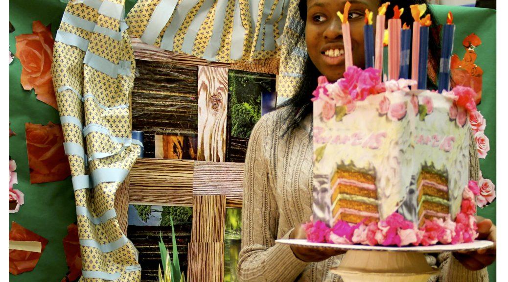 Drei Fotos aus einem Workshop mit Jugendlichen mit Autismus. Das erste Bild zeigt eine Nahaufnahme von einem Tisch mit verschiedenen Speisen aus Papier. Das zweite Bild zeigt ein Mädchen mit einem Geburtstagskuchen aus Papier. Das dritte Bild zeigt zwei Jungen, die die Kerzen auf den Papiertuch ausblasen. Three photos from a workshop with teenagers with autism. The first image shows a close up of a table with various food items made from paper. The second image shows a girl holding a birthday cake made from paper. The Third image shows two boys blowing out the candles on the paper cake.