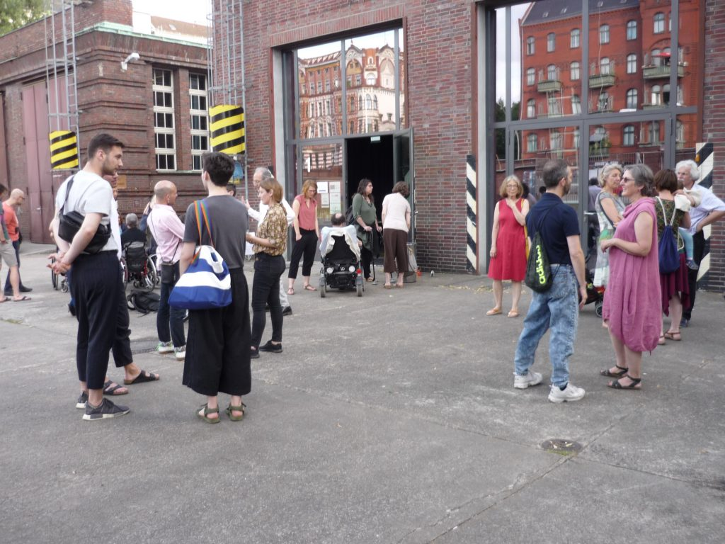 People at the entrance of the filmpremiere